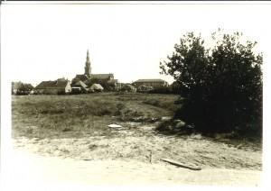 De braak liggende grond vóór aanvang nieuwbouw gezien vanuit Bachstraat/Marquettelaan