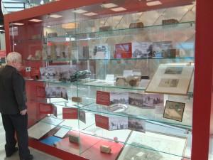 de vitrine in het Gemeentehuis tijdens de grote jubileumtentoonstelling in 2013