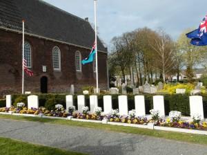 De Oorlogsgraven naast de dorpskerk