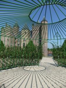Blik op de west-zijde van het kasteel vanuit het prieel in de rozentuin