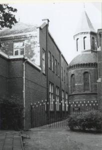 """Schooltje naast kerk + kerkhof """"De Burcht"""" gesloopt 1998"""
