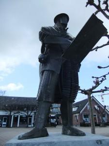 Bronzen beeld Maerten van Heemskerck door Elly Baltus 1998 tegenover de dorpskerk