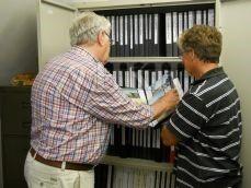 Willem van Rixel en Jaap Schoen zoeken in albums