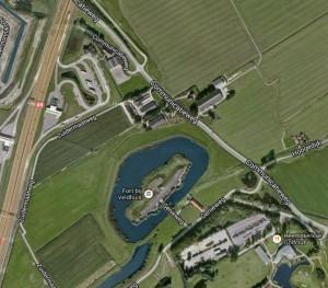 Fort Veldhuis met links de A9 en rechtsonder de Golfbaan